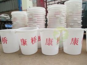 集市塑料垃圾桶