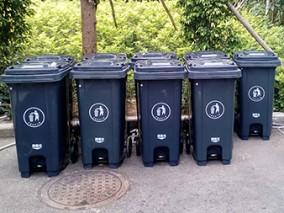 中间脚踏式塑料分类垃圾桶