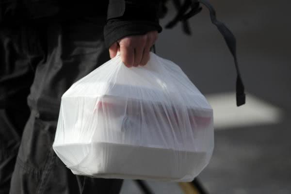 垃圾桶被外卖快递垃圾攻陷限塑令收效甚微