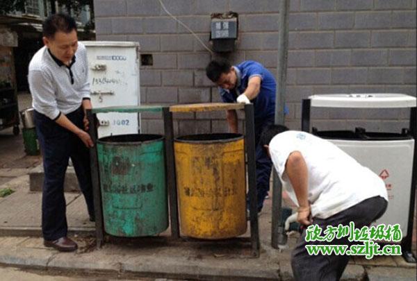 工作人员在拆除旧垃圾桶