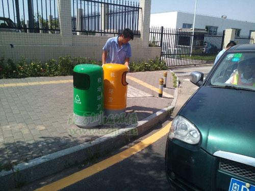 深圳机场环卫采购欣方圳玻璃钢双桶垃圾桶